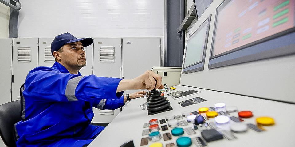 Оператор удаленно управляет выгрузкой, перечехловкой изагрузкой отработанного топлива вТУКи