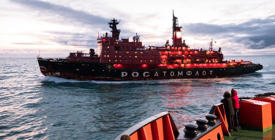 Встреча вморе. «50лет Победы» приветствует «Ямал»