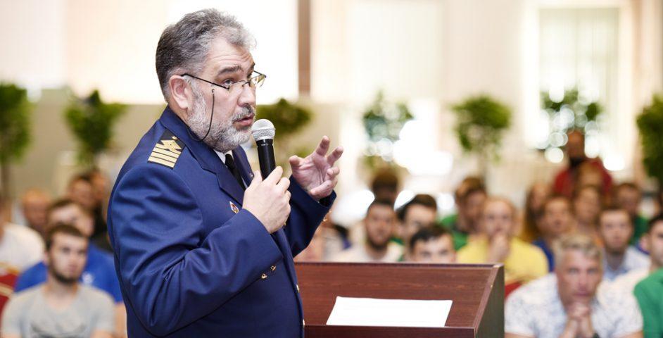 Капитан атомного ледокола «50лет Победы» Дмитрий Лобусов недавно вернулся изрейса наСеверный полюс. Он рассказал, как важен каждый член команды