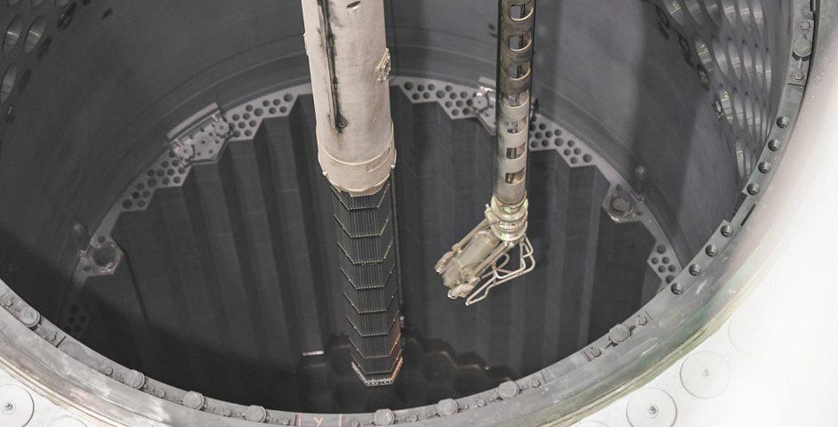 А это первая ТВС загружается в реактор ВВЭР‑1000 четвертого блока Ростовской АЭС