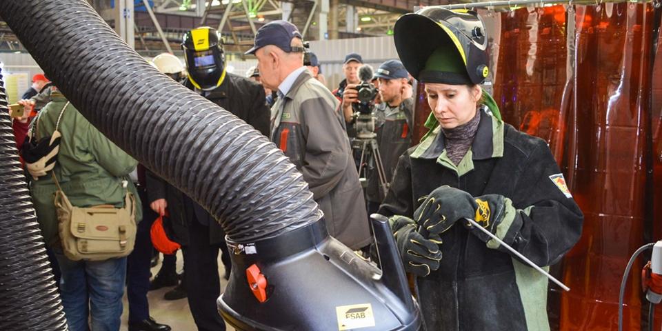 Маргарита Кузнецова осваивает ручную электродуговую сварку в новом центре