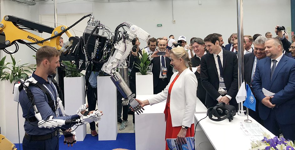 Глава WNA Агнета Ризинг и робот «РосРАО»