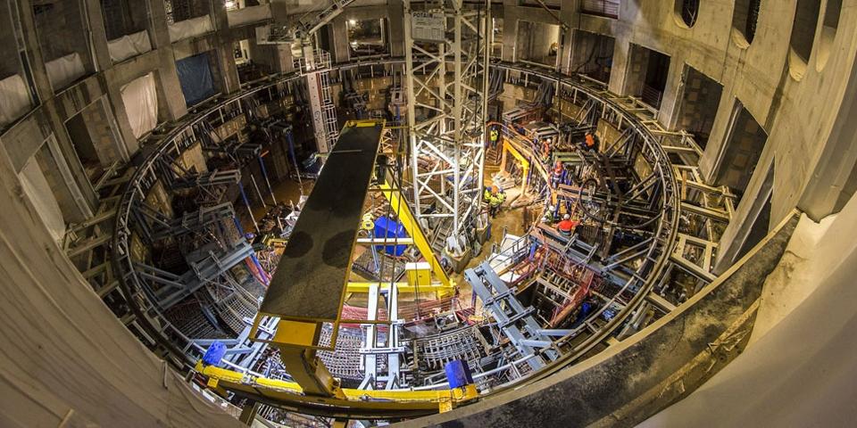 «Корона» токамака. Шахта реактора снаружи оборудована биологической защитой от нейтронного излучения