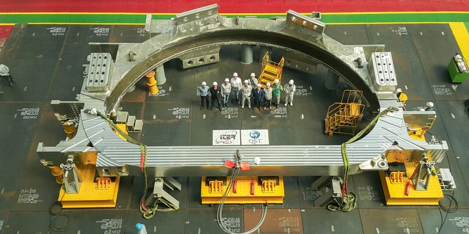 200-тонный корпус тороидальной катушки, изготовленный Mitsubishi Heavy Industries и Hyundai Heavy Industries