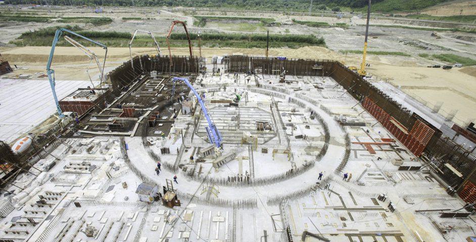 Фронт работ: строятся вспомогательные здания и брызгальные бассейны, устанавливаются краны, формируется основание реакторного здания второго блока