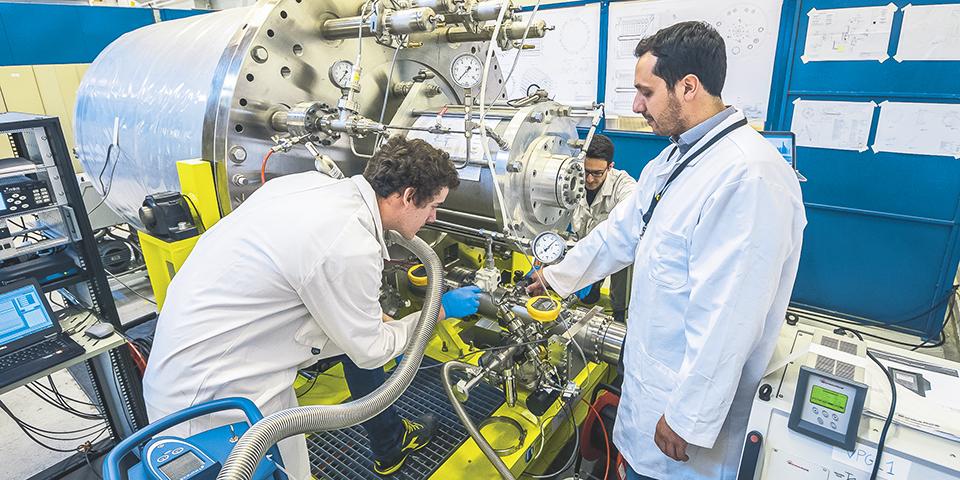 Испытания крионасоса длиной 3,4м ивесом 8т влаборатории, созданной вакуумной группой ИТЭР вядерном центре вКадараше