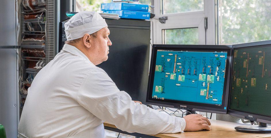 Главный специалист Сергей Широков управляет процессами с компьютера.