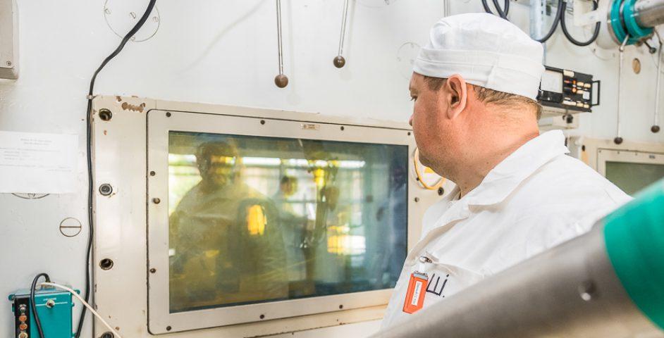 Вкамерах собразцами работают при помощи захватов иманипуляторов. Вгорячих камерах можно разделывать ОЯТ, растворять, делить нафракции, очищать иобращаться сотходами переработки.