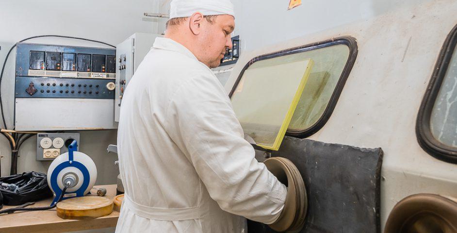 Для работы сменее активными веществами вЦКБ-109 есть перчаточные боксы.