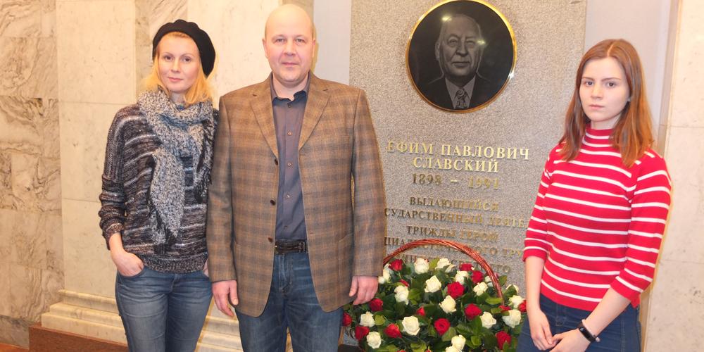 Павел Славский с женой и старшей дочерью у мемориальной доски Славскому в «Росатоме»
