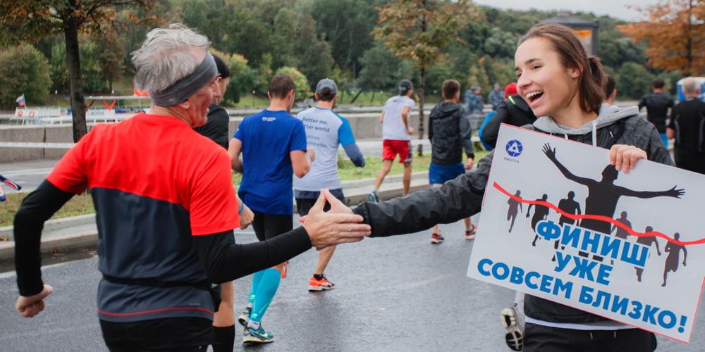 Организатор бегового клуба Дарья Козлова поддерживает марафонцев на39-м километре наФрунзенской набережной