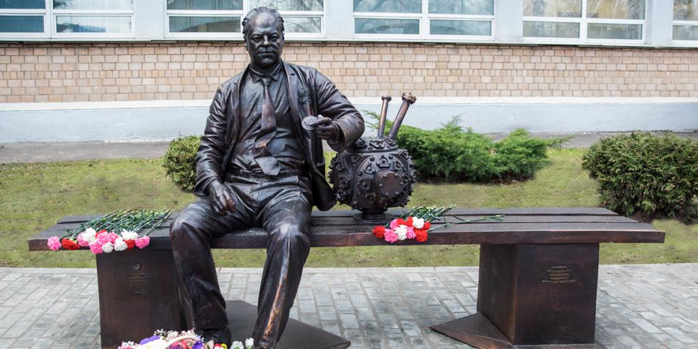 Николай Басов отдыхает на скамейке после лекции