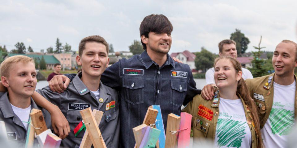 Белорусская поп-звезда Дмитрий Колдун на площадке «Атом» разукрасил градирню и спел со стройотрядовцами