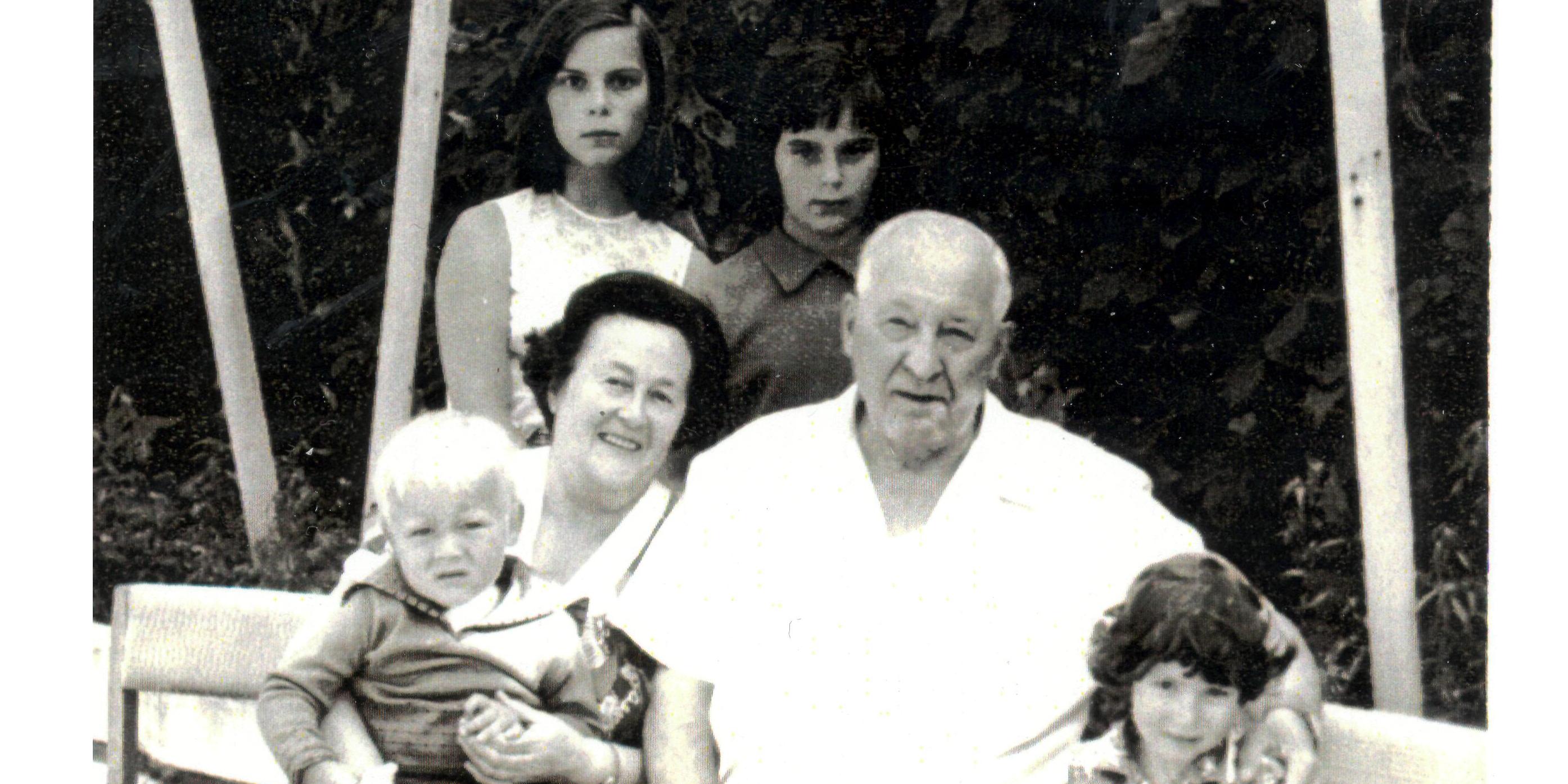 Ефим Павлович с супругой и внуками в Опалихе