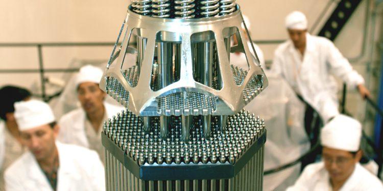 Загрузка ядерного топлива в активную зону реактора первого блока