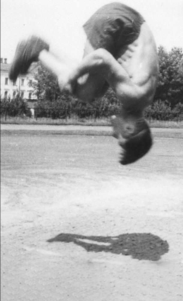 Спортивный лагерь «Фирсановка», 1948год. Сейчас юбиляр сальто уже не делает, ноежедневно плавает в бассейне