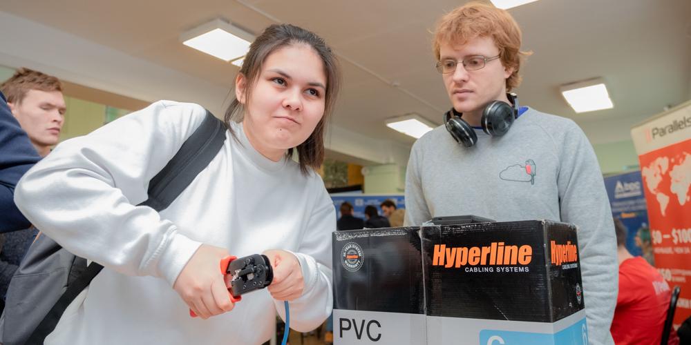 Шестикурсница Екатерина Зарипова и ее первый обжатый интернет-кабель