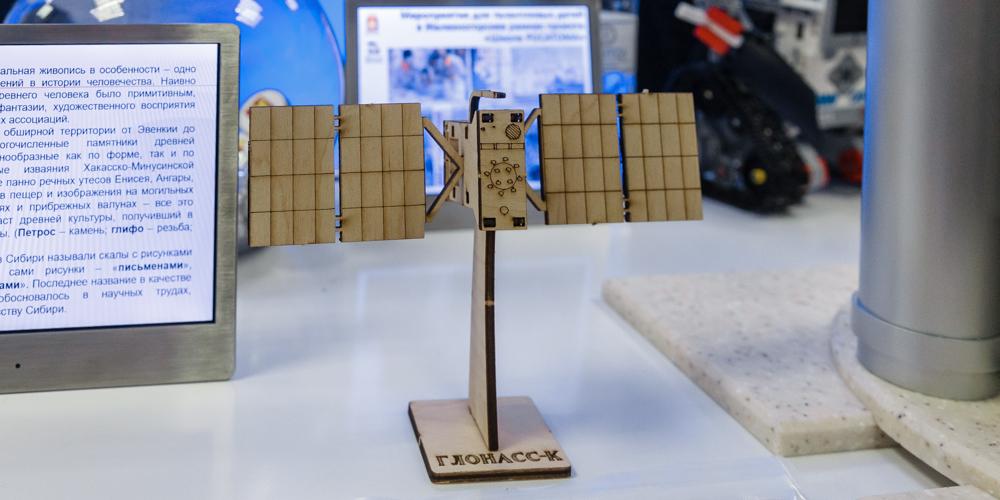 Собрать спутник своими руками мог любой посетитель ярмарки. Такие деревянные сувениры привезла делегация Железногорска