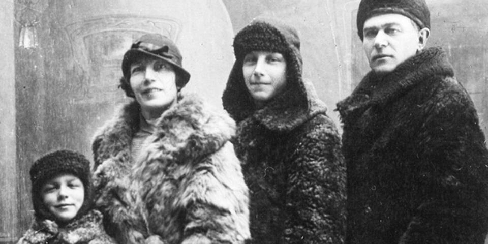 Семья Пономаревых-Степных, слева— Николай, будущий ядерный физик, хотя втегоды он мечтал стать летчиком