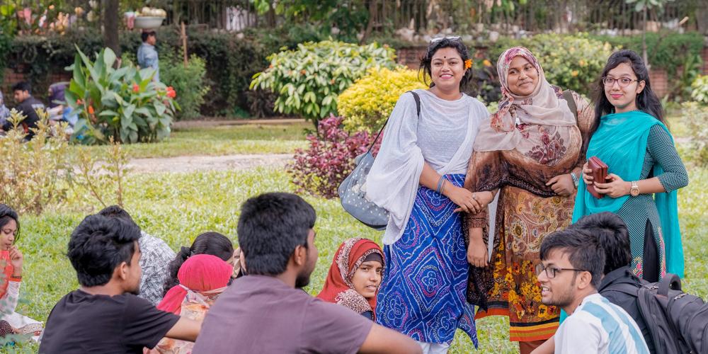 Магистры и аспиранты Университета Дакки. Это известный научный центр. Там, например, преподавал профессор Бозе, в честь которого назвали бозон