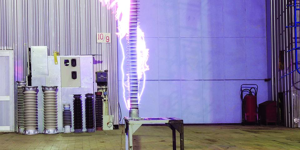 Электрическая дуга — частое явление при высоковольтных испытаниях