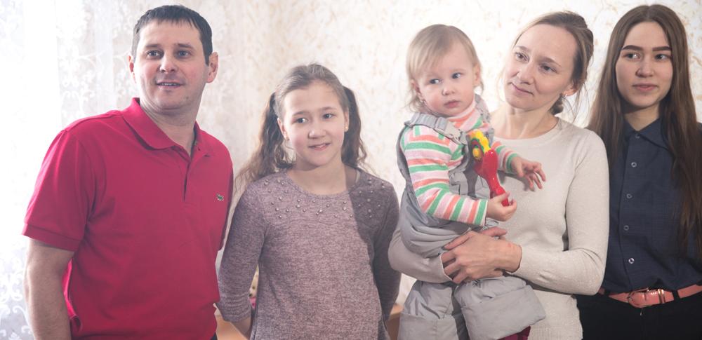 Евгений иАнастасия Трофимовы вместе стремя дочерьми уже начали переезд всвою новою трехкомнатную квартиру