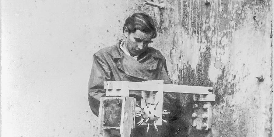 Мария Манакова у рентгеновского аппарата, 1948 год