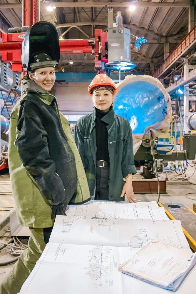 Маргарита Кузнецова иВалерия Маслова нарабочем месте— сборочно-сварочном производстве
