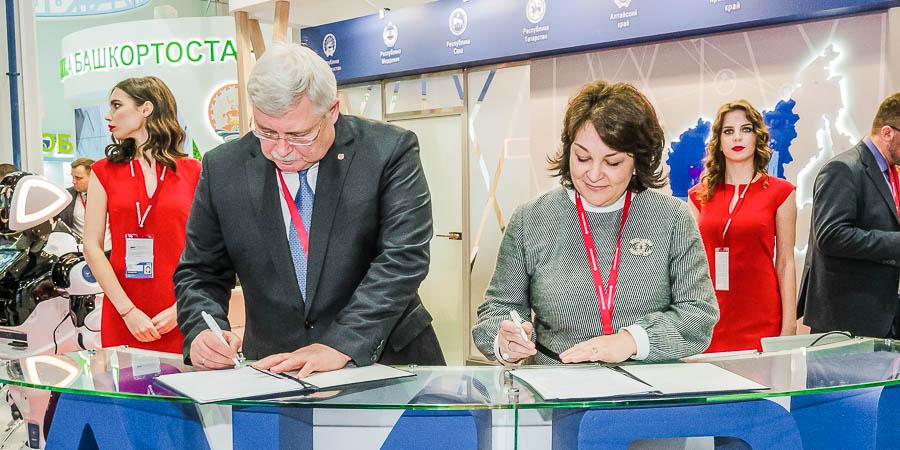 Губернатор Томской области Сергей Жвачкин и Ксения Сухотина подписывают меморандум о совместном развитии цифровых проектов