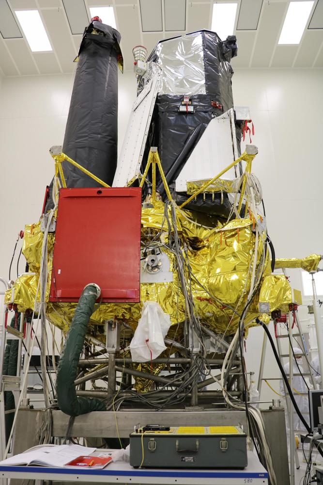 Российский телескоп (слева) видит дальше, анемецкий— шире