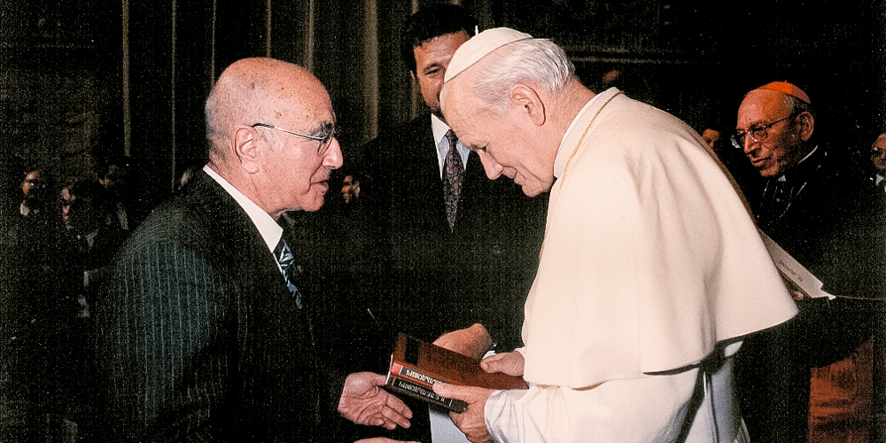 Яков Зельдович дарит папе римскому Иоанну ПавлуII свою монографию. Ватикан, 1986год